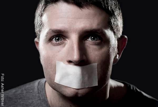 Foto de un hombre con cinta adhesiva en la boca