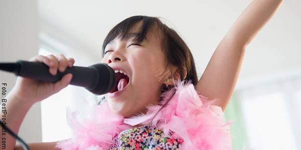 Foto de una niña haciendo karaoke