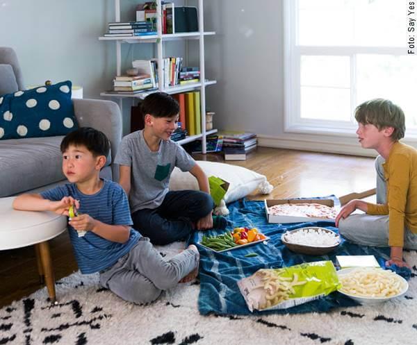 Foto de unos niños haciendo picnic en la sala