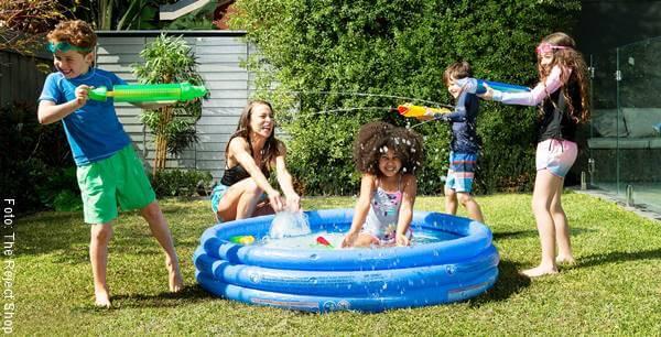 Foto de unos niños en una piscina inflable para celebrar el Día del Niño en Colombia