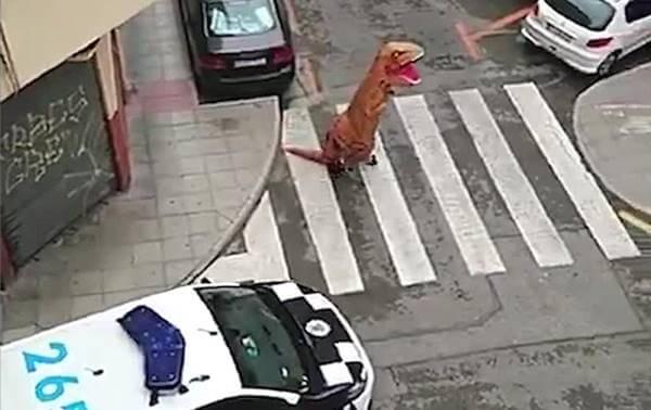 Foto de hombre disfrazado de dinosaurio
