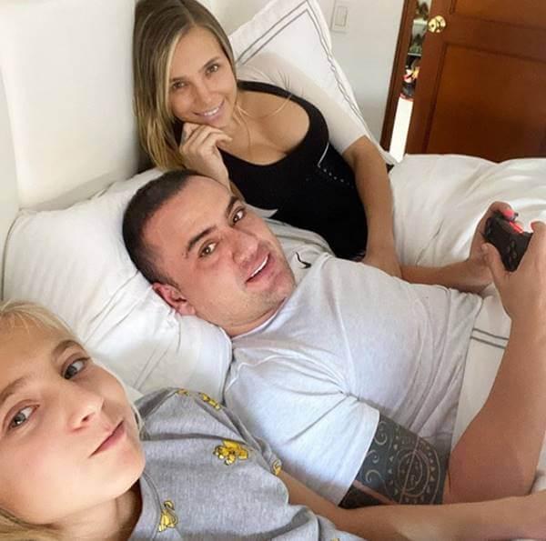 Foto de Elizabeth Loaiza junto a su novio y su hija