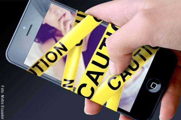 Foto de un celular con cinta de precaución alrededor