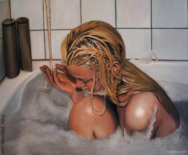 Foto de una mujer joven bañándose en una tina