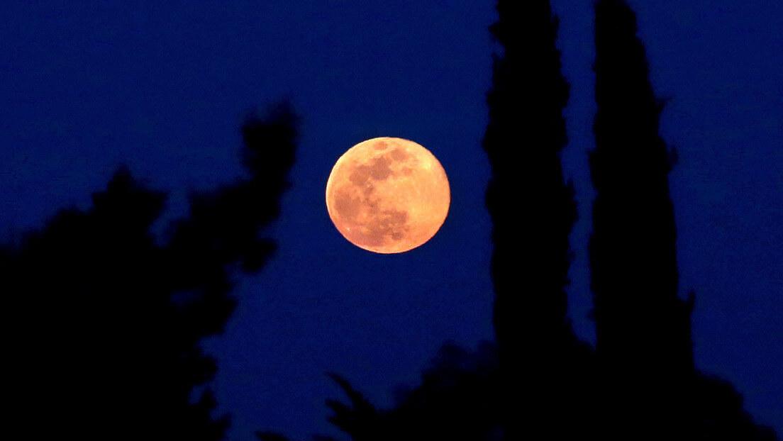 Foto de una luna anaranjada