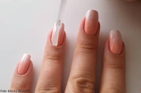 Foto de decoración de uñas fondo claro