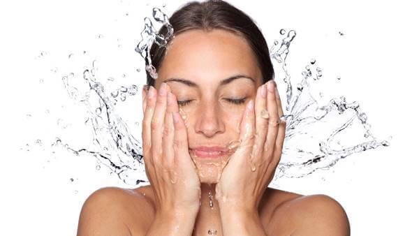 Foto de una chica lavándose la cara