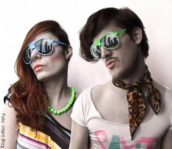 Foto de una pareja con ropa parecida