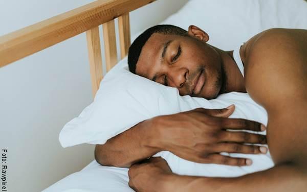Foto de un hombre afro acostado en la cama para ilustrar las razones para amar el mañanero