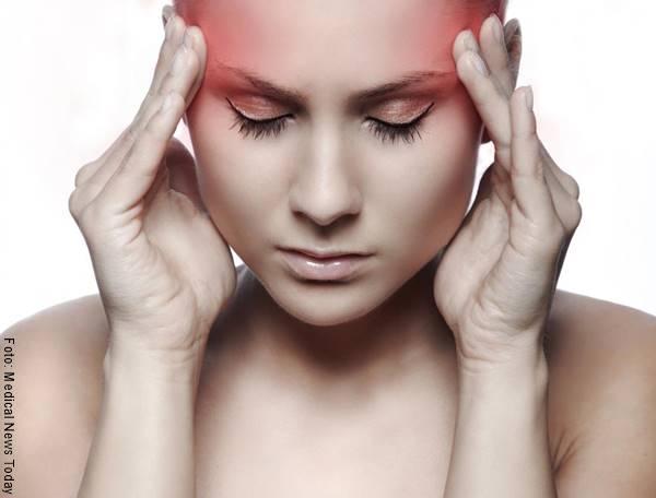 Foto de una chica con dolor de cabeza