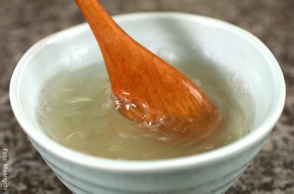 Foto de gelatina disuelta en agua en un recipiente de porcelana