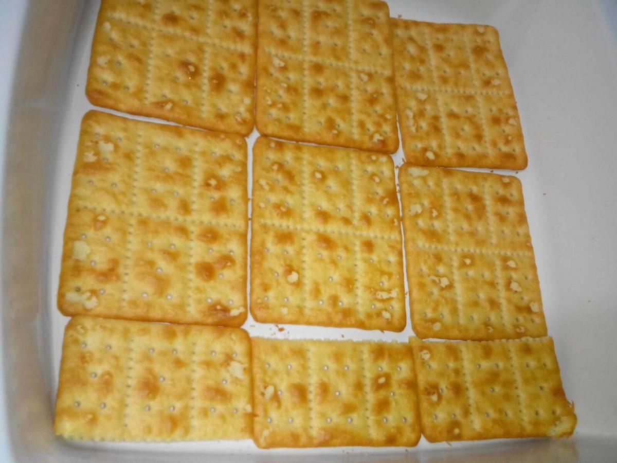 Foto de galletas en un recipiente para preparar receta de tarta o postre de limón con galletas