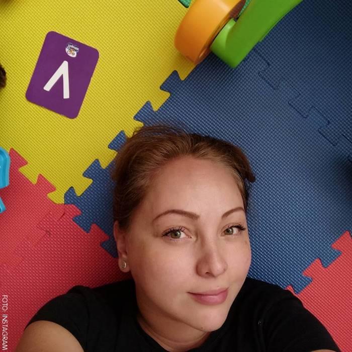Ana Victoria Beltrán recostada en el piso de colores