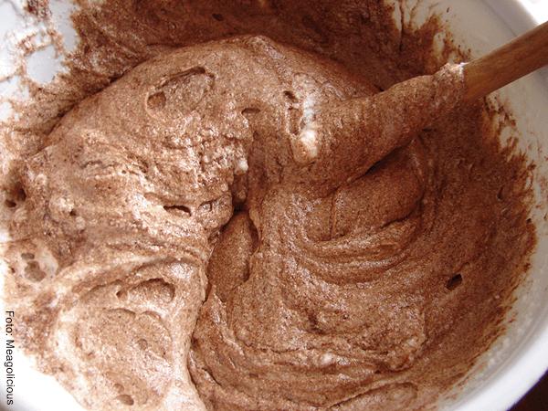 Foto de mezcla de chocolate fundido en un recipiente hondo para hacer helado de chocolate casero