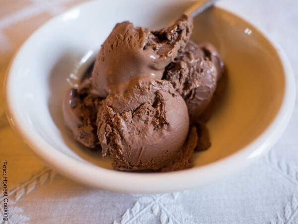 Foto de tres bolitas de helado de chocolate casero en un plato hondo blanco