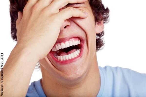 Foto de un joven riéndose