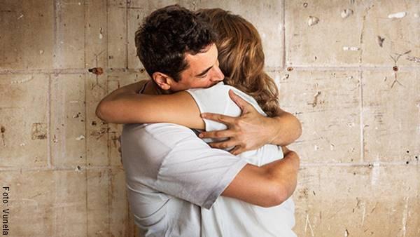 Foto de una pareja abrazada para ilustrar ¿cómo saber si alguien te ama en secreto?