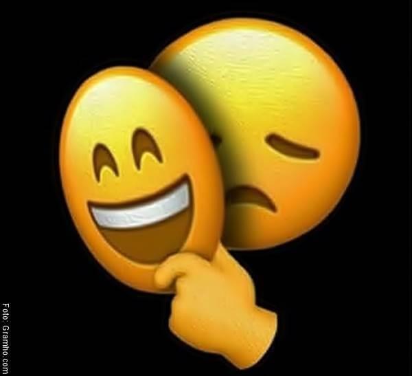 Ilustración de una carita feliz como máscara de una carita triste