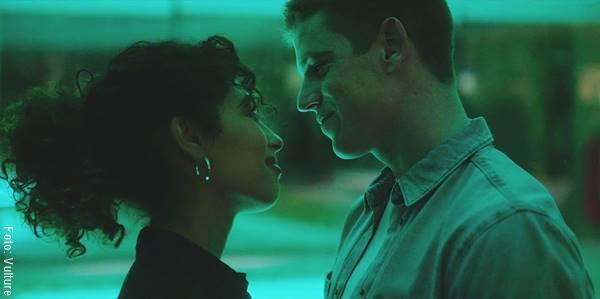 Foto de una pareja mirándose y sonriendo para ilustrar ¿cómo saber si alguien te ama en secreto?