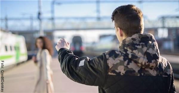 Foto de un hombre despidiéndose de una mujer