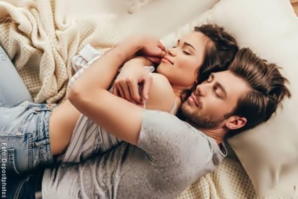 Foto de una pareja acostados y abrazados
