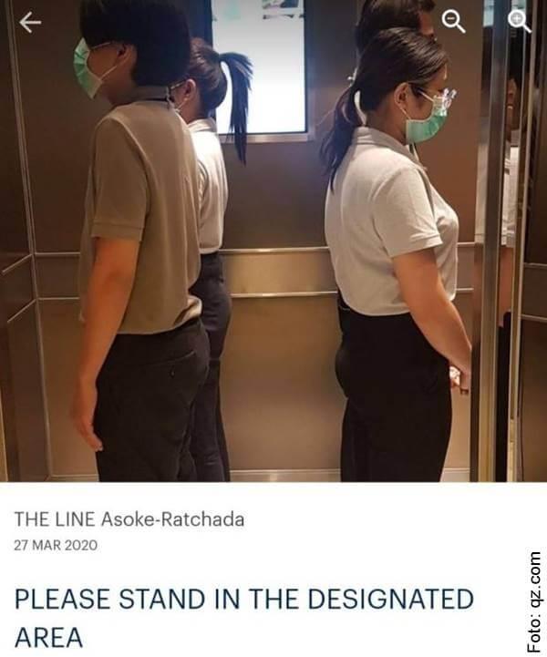Foto de personas en un ascensor para ilustrar el distanciamiento social en el mundo: Convivir con el coronavirus