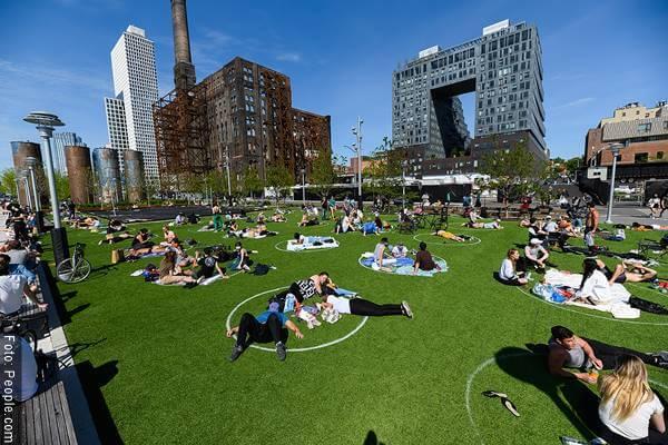 Foto de parque con círculos en el pasto para ilustrar el distanciamiento social en el mundo