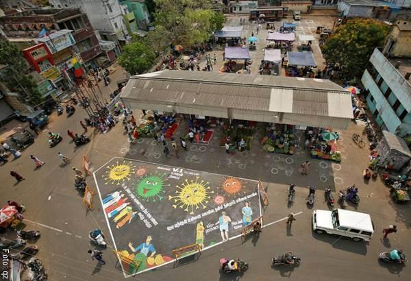 Foto de plaza de mercado en la India con Distanciamiento social