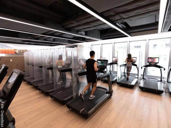 Foto de gimnasios con separadores entre máquinas