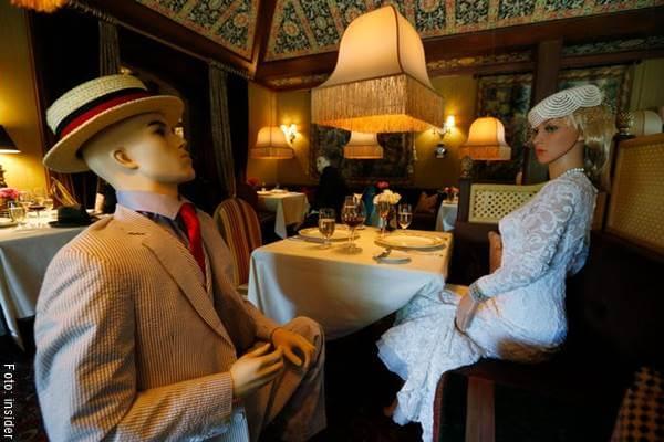 Foto de maniquíes sentados en las mesas de restaurantes