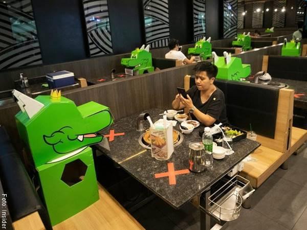 Foto de dragones sentados en las mesas de restaurantes