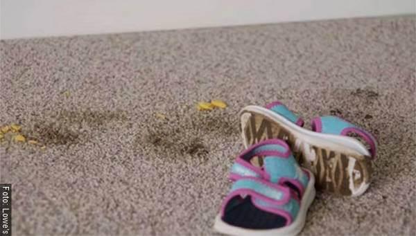 Foto de alfombra sucia con zapatos de niña
