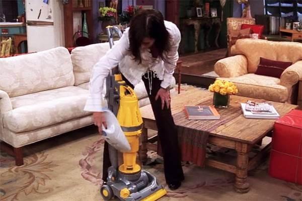 Foto de mujer aspirando la aspiradora para ilustrar los errores de higiene en el hogar