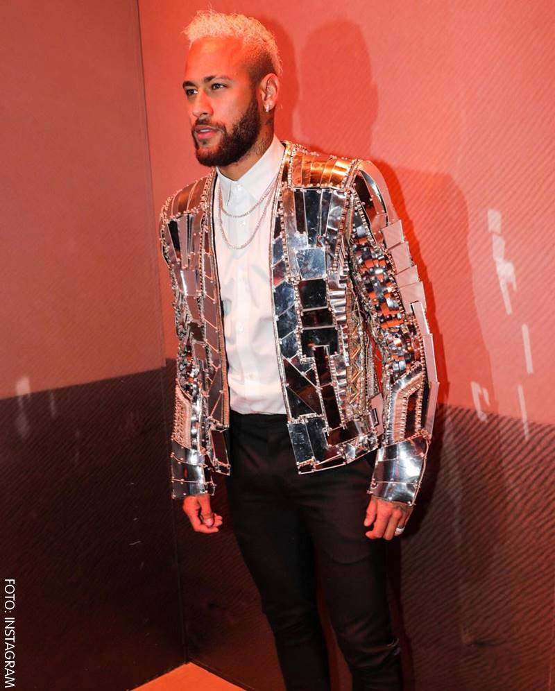 Neymar luciendo una chaqueta de espejos