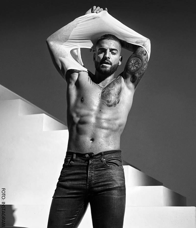 Maluma quitándose su camiseta sexy