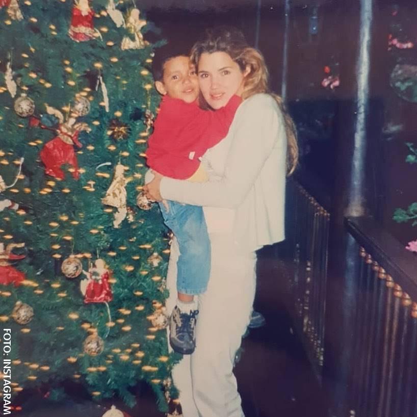 Mara Cifuentes entre los brazos de su mamá en Navidad