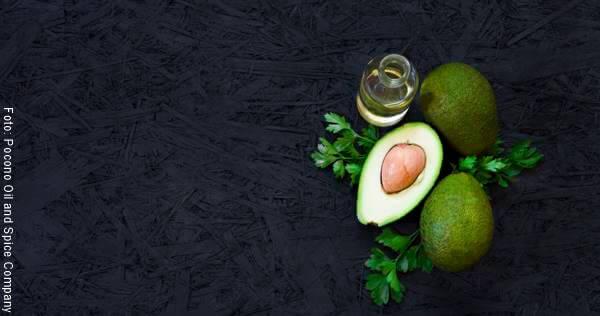 Foto de un aguacate, dos limones y un frasco de aceite