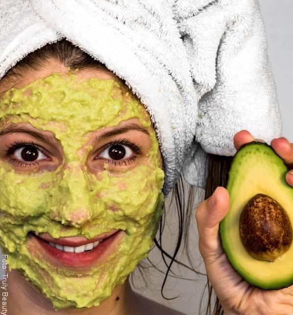 Foto de una mujer con mascarilla de aguacate en la cara