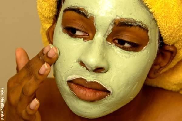 Foto de una mujer con mascarilla en el rostro