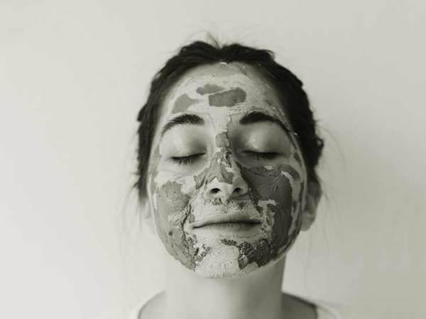 Foto de una mujer dormida con aloe vera en el rostro