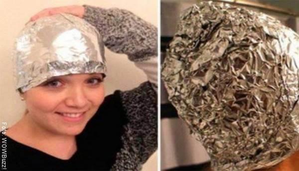 Foto de una chica con papel aluminio cubriendo su cabello
