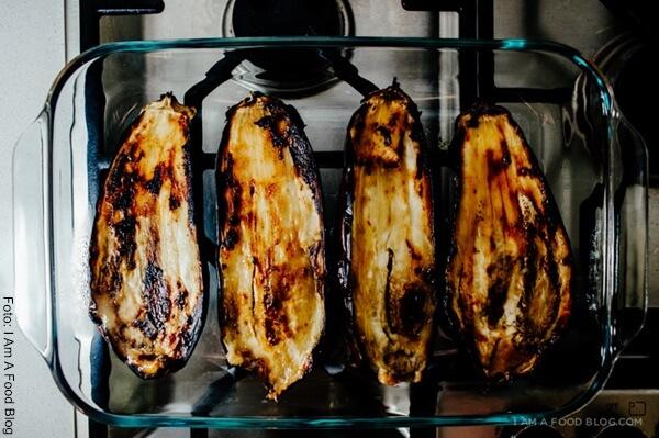 Foto de dos berenjenas partidas por la mitad y horneadas dentro de una refractaria