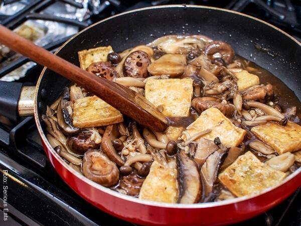 Foto de Tofu y champiñones en un sartén para receta de berenjenas rellenas