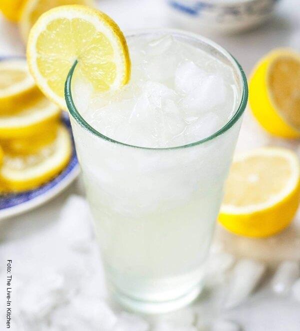 Foto de una limonada en un vaso de vidrio