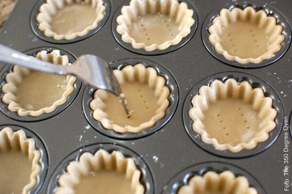 Foto de masa de tartaletas dentro de moldes pequeños