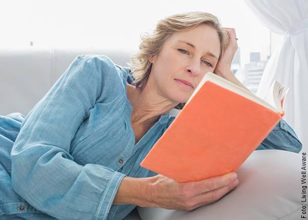 Foto de una mujer leyendo un libro, uno de los regalos para el Día de la Madre