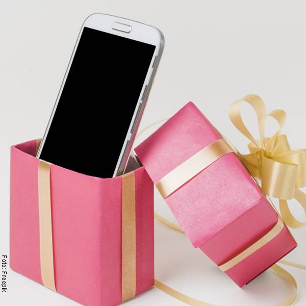 Foto de un celular en una caja de regalo
