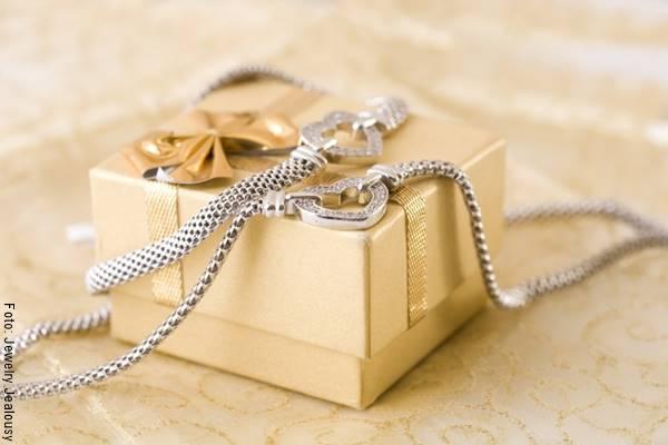 Foto de una joya sobre una caja de regalo