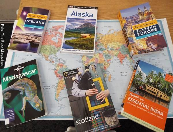 Foto de libros de viajes sobre un mapa