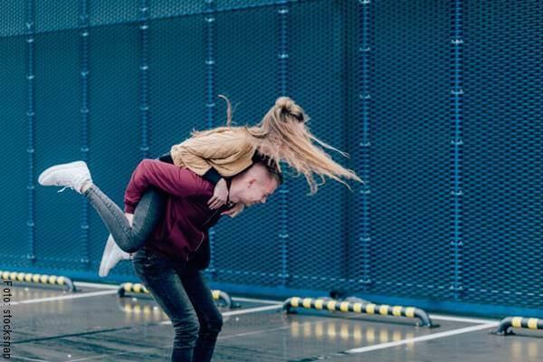 Foto de una pareja jugando